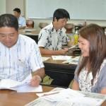 参加者がお互いにインタビューし合い記事を書いた=4日、沖縄市・県立総合教育センター